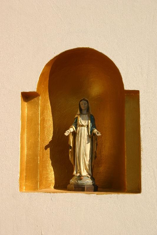 Szűz Mária szobor, keresztény értékek, hagyományok